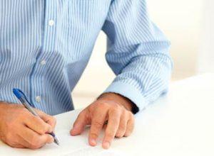 persona buscando un seguro de inquilino adecuado